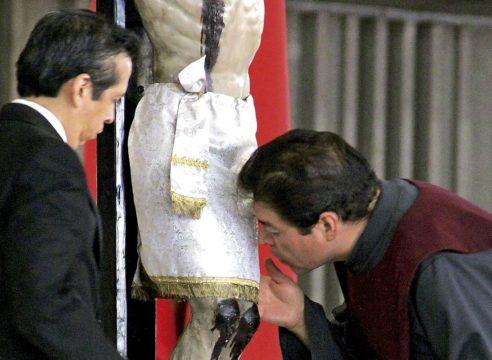 El beso de Viernes Santo que reconoce al Salvador