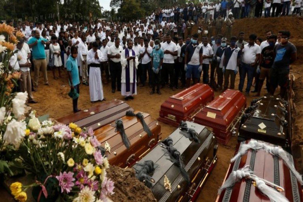 En Sri Lanka se llevan a cabo los funerales de los fieles asesinados en Pascua en las iglesias. Foto Vatican Media