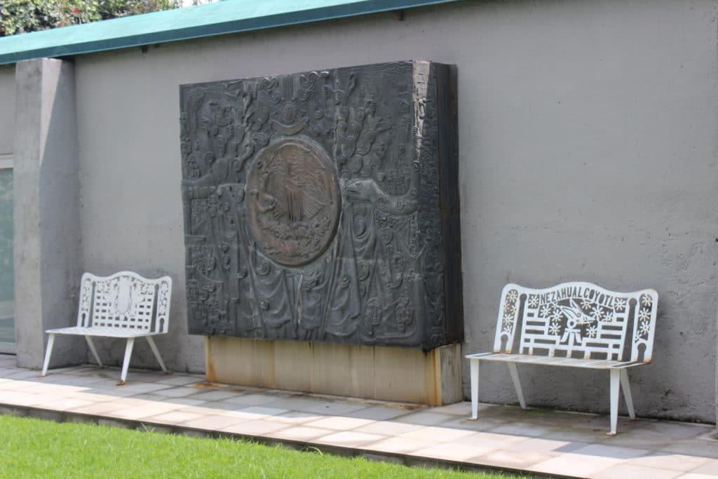Réplica del escudo Nacional que está en la entrada principal de la Cámara de Diputados en San Lázaro. Foto Abimael Juárez