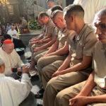El Cardenal Carlos Aguiar lava los pies a 12 presos