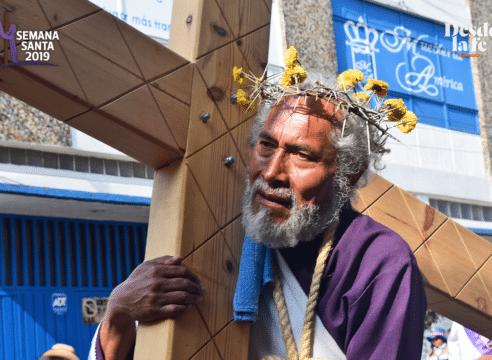 ¿Por qué miles suben el Cerro de la Estrella con una cruz a cuestas?