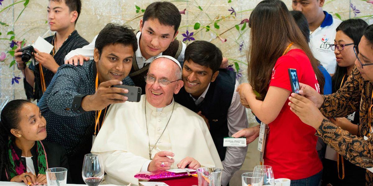 Papa Francisco con jóvenes
