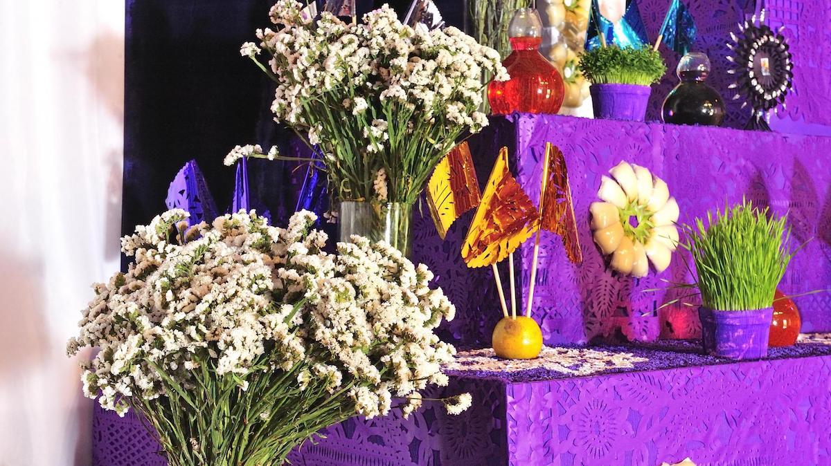 Flores en el Altar de Dolores