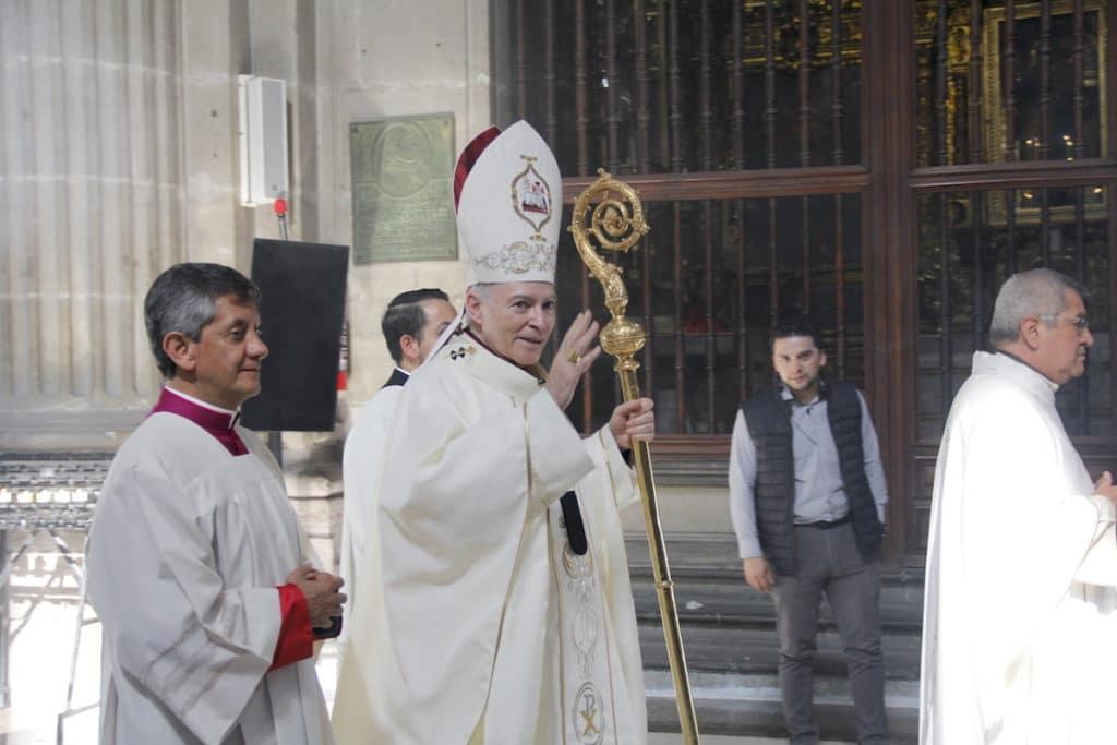 El Cardenal Carlos Aguiar entrando a la Catedral de México. Foto: Alejandro García