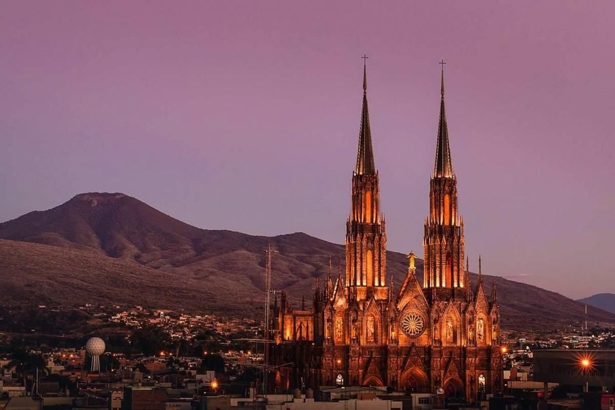 El Santuario Guadalupano de Zamora, Michoacán, encabeza la lista de las catedrales más altas de México. Foto: Cerveza Zamora