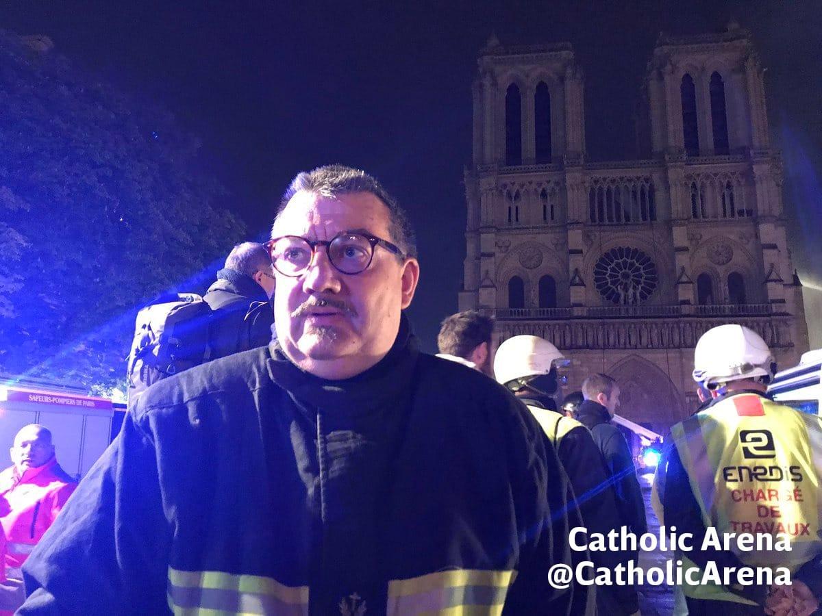 El padre Fournier, capellán del Departamento de Bomberos, frente a la Catedral de Notre Dame. Foto: Catholic Arena
