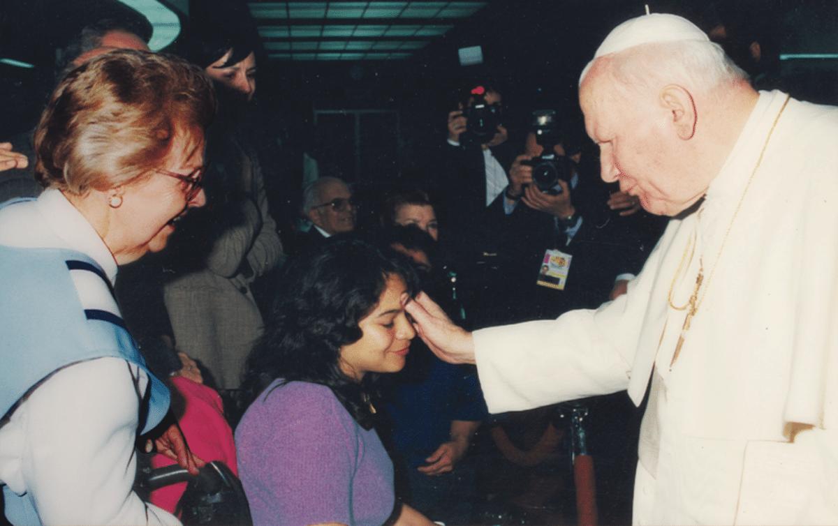 Verónica conoció a Juan Pablo II durante la cuarta visita a México del Papa peregrino, en 1999. Foto: Cortesía Verónica Olvera Aguilar