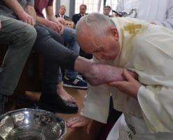 El Papa Francisco lava y besa los pies a 12 presos de Velletri