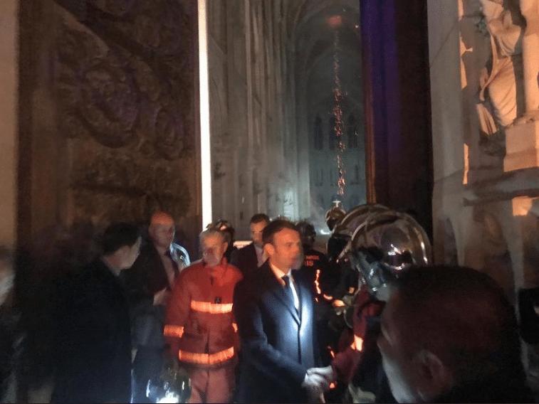 El presidente de Francia, Emmanuel Macron, al interior de la catedral de Notre Dame.