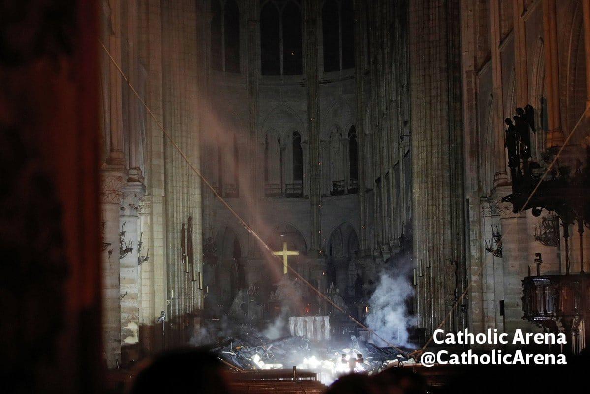 A pesar de los daños del exterior, la estructura de Notre Dame quedó prácticamente intacta. Foto: Catholic Arena