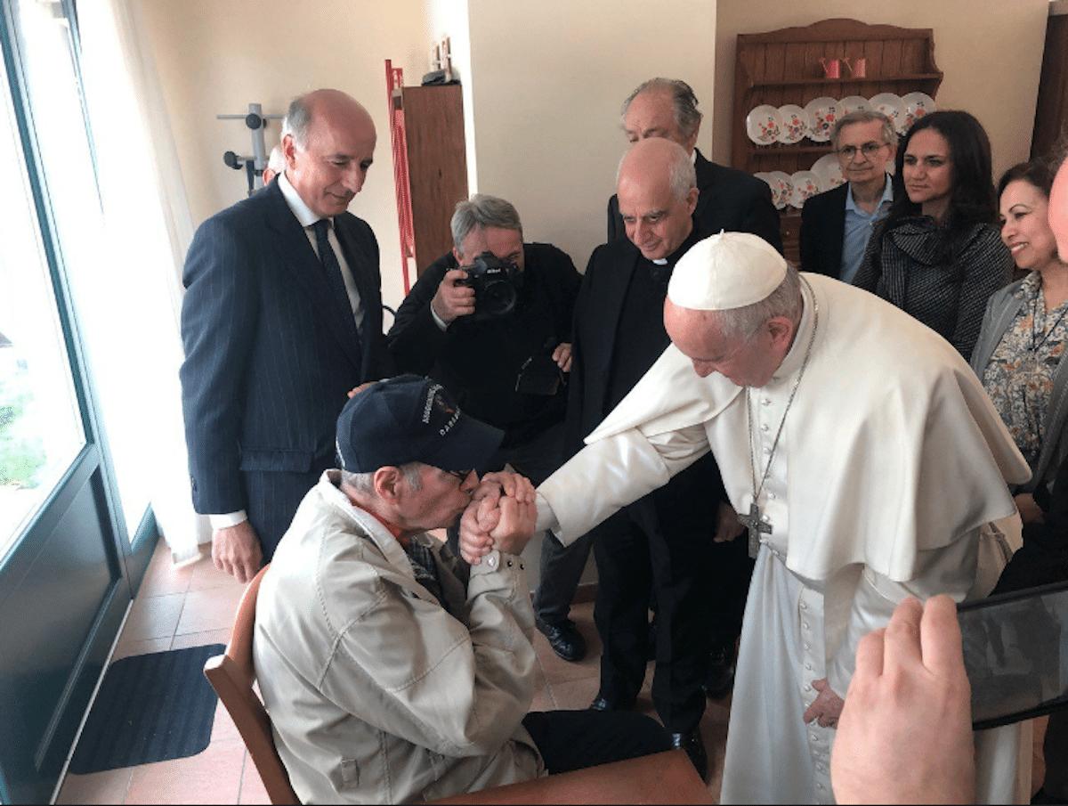 El Papa Francisco en una visita a enfermos de Alzheimer. Foto: PCPNE