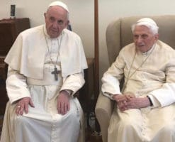 Los 92 años de Benedicto XVI y el camino que lo une a Francisco