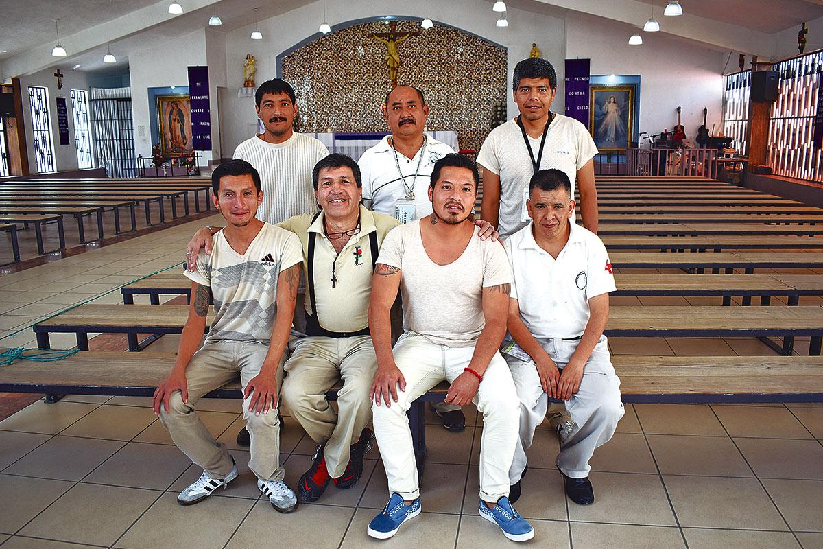 Luis Miguel Sánchez (primera fila: segundo de izquierda a derecha), encargado de la representación con algunos de los actores del Reclusorio Oriente. Foto: Ricardo Sánchez