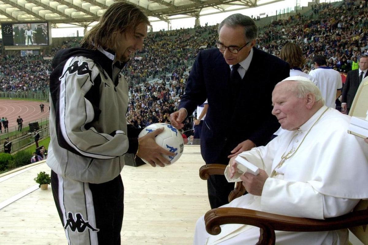 Juan Pablo Segundo recibiendo a un jugador de futbol. Foto Reuters