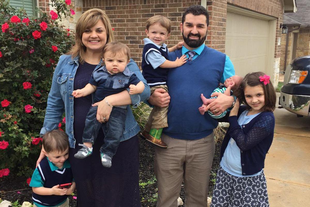 Abby Johnson con cinco de sus hijos y su esposo Doug.