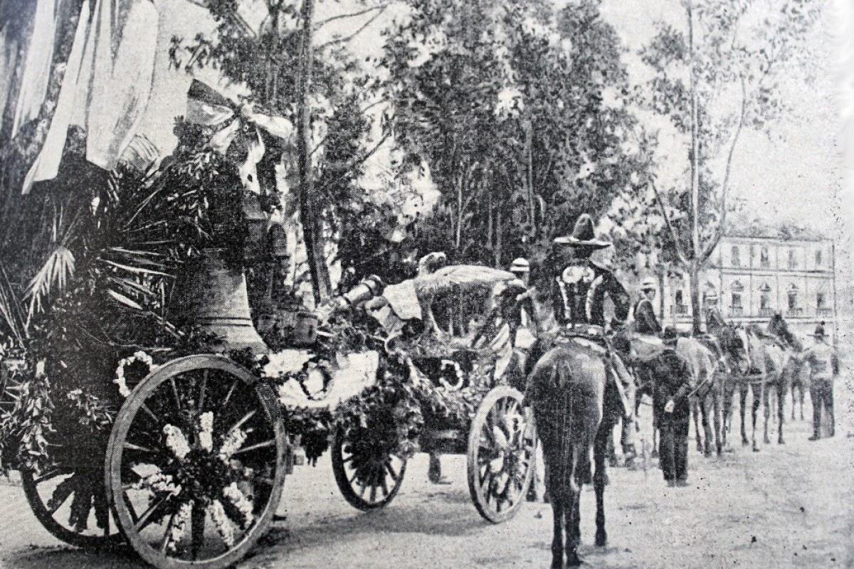 Carruaje alegórico transportando la Campana de Dolores a la Ciudad de México. Foto Archivo General de la Nación