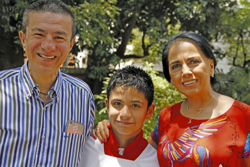 Santiago con sus papás. Foto: Alex González
