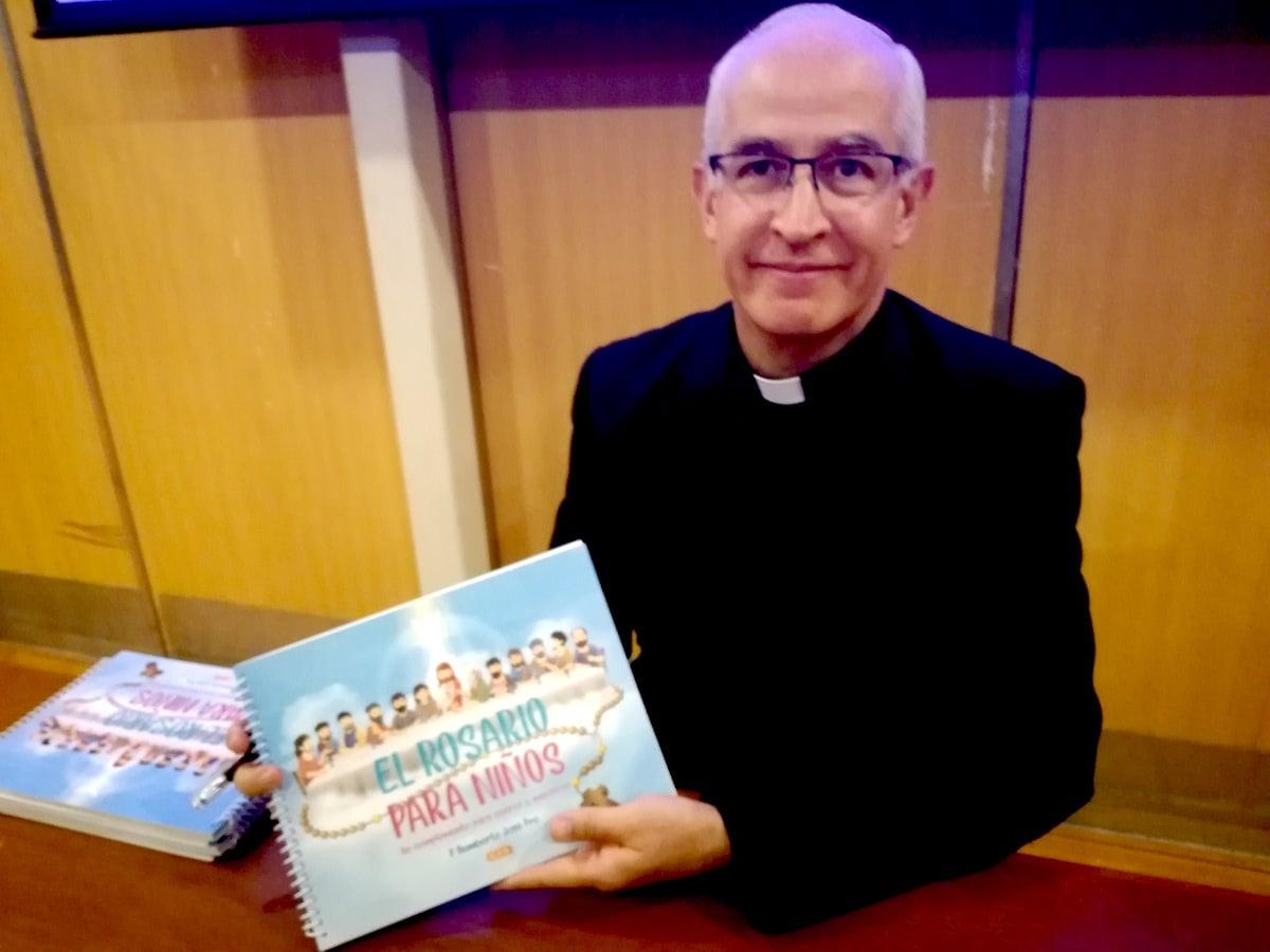 """El padre Humberto Pro presentó el libro """"El Rosario para niños"""". Foto: Alejandro Feregrino"""