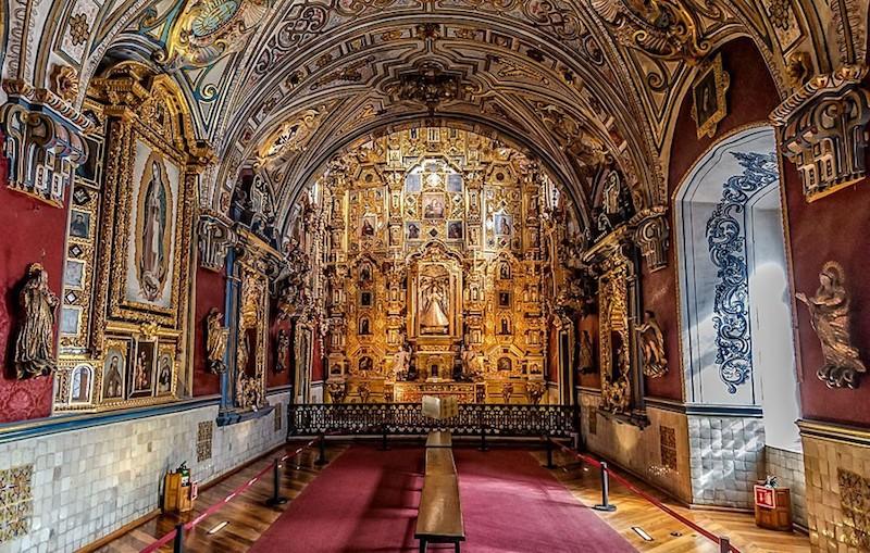 El museo alberga colecciones de arte sacro y esculturas.
