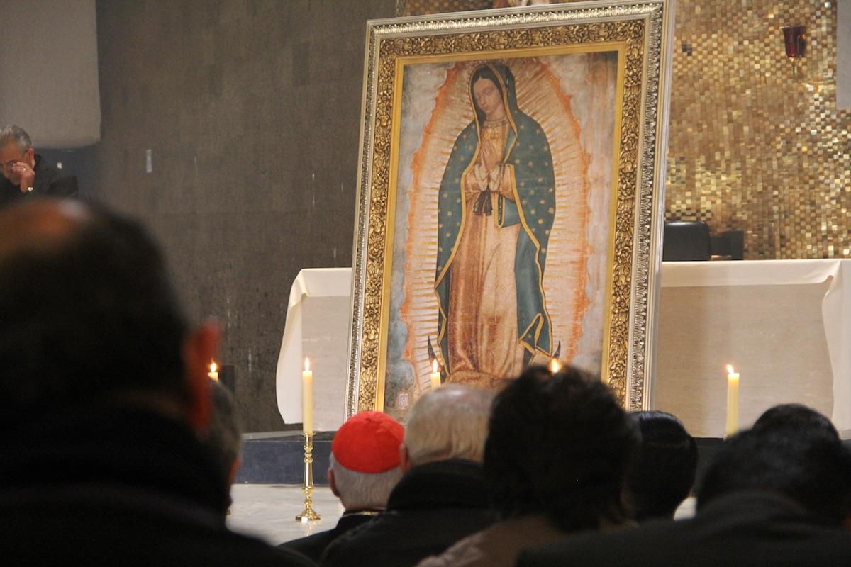 Sacerdotes de la Arquidiócesis de México frente a una imagen de la Virgen de Guadalupe. Foto: Javier Juárez