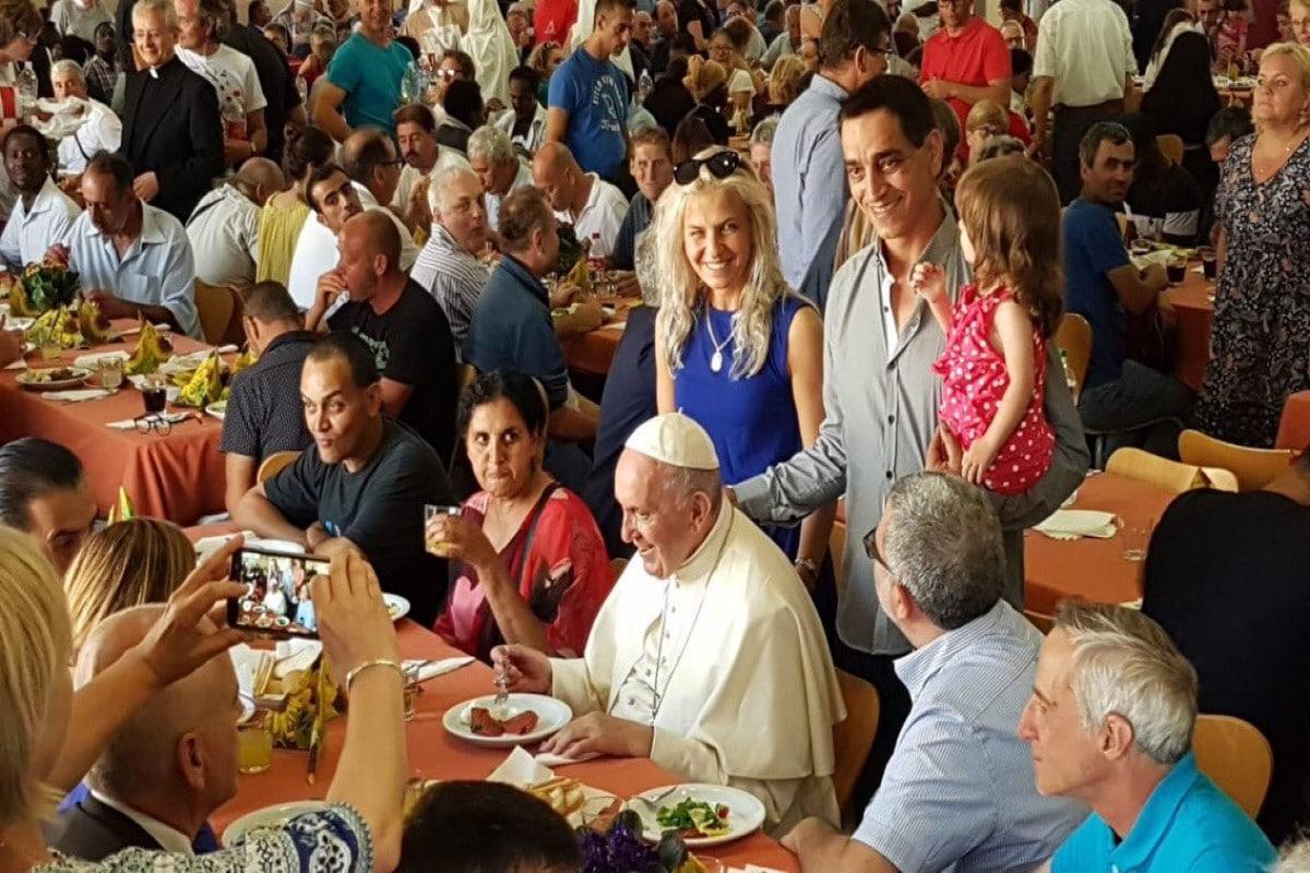 El Papa en una cena con personas sin hogar. Foto de archivo: Vatican Media.