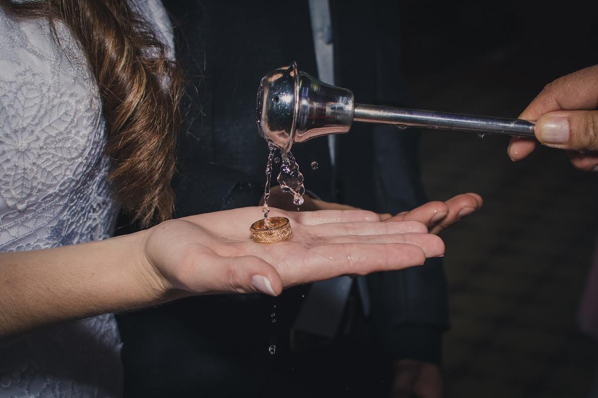 El agua bendita es una devoción legítima, pero es fácil desviarla y convertirla en un acto de superstición que ofende a Dios. Foto: Cathopic