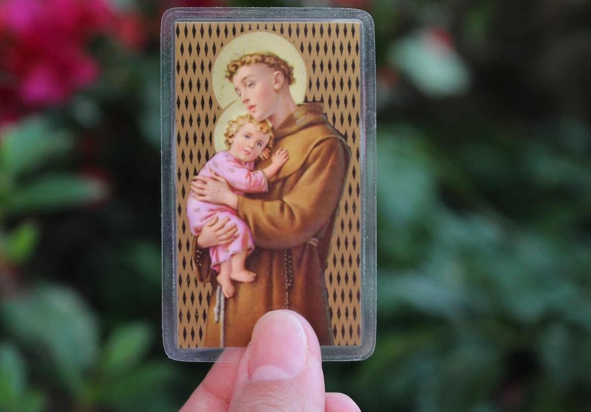 Pide la intercesión de San Antonio de Padua, pero ¡no lo pongas de cabeza! Foto: Cathopic