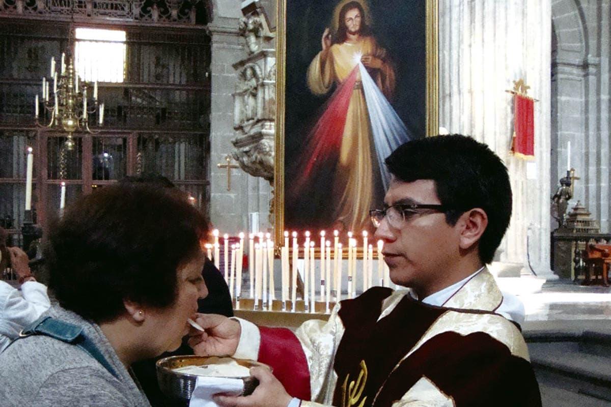 El padre Amado asegura que su discapacidad le ha dado un don, mismo que usa para servir a Jesús.