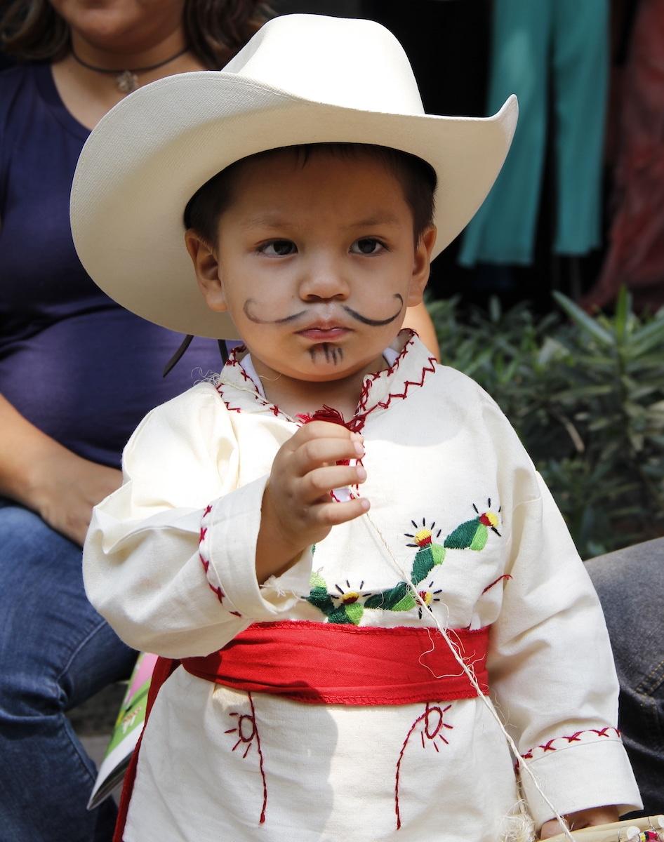 Un niño disfrazado de Juan Diego en Jueves de Corpus. Foto: Alejandro García
