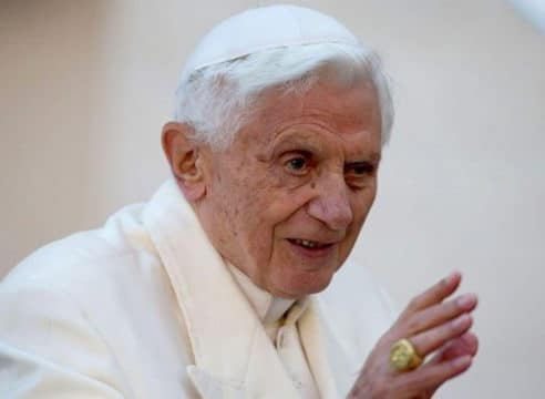 Benedicto XVI se está recuperando, confirma su secretario particular