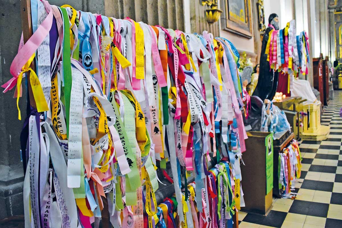 Los listones de san Charbel en la Catedral de Balvanera. Foto: Ricardo Sánchez.