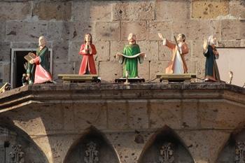 Del reloj del Expiatorio de Guadalajara salen los apóstoles.