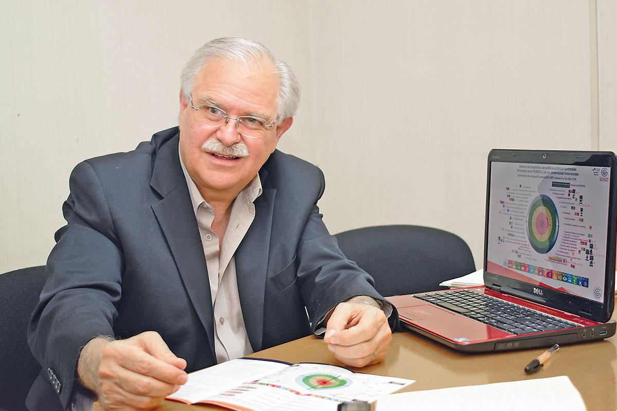 Carlos Gadsden tiene 64 años y es diácono permanente. Foto: Ricardo Sánchez