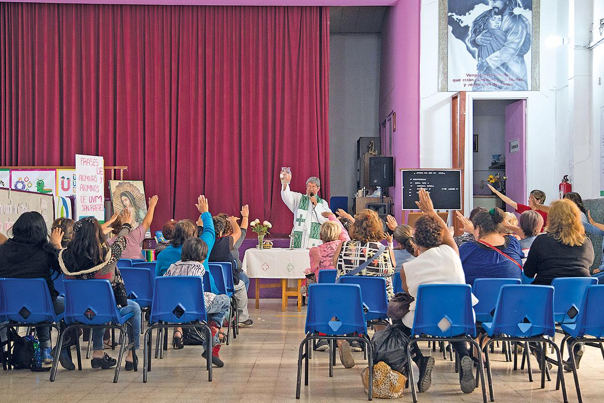 Miembros del Centro Madre Antonia reciben atención espiritual, médica y psicológica.