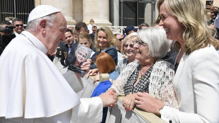 Elise Lindqvist con el Papa Francisco. Foto: Vatican Media