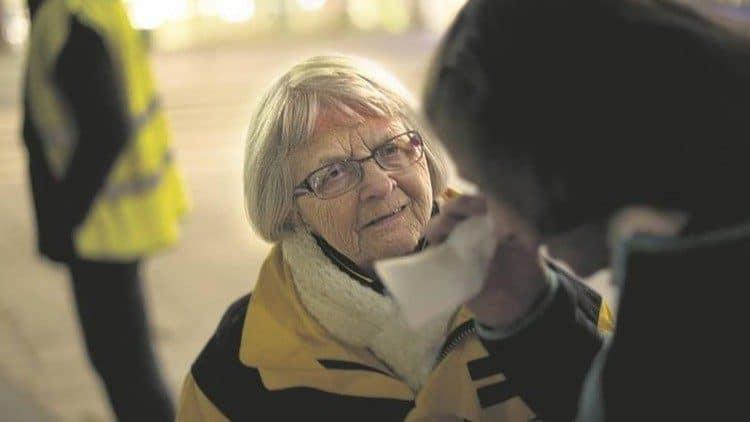 Elise Lindqvist escuchando a una mujer en situación de calle. Foto: Vatican Media