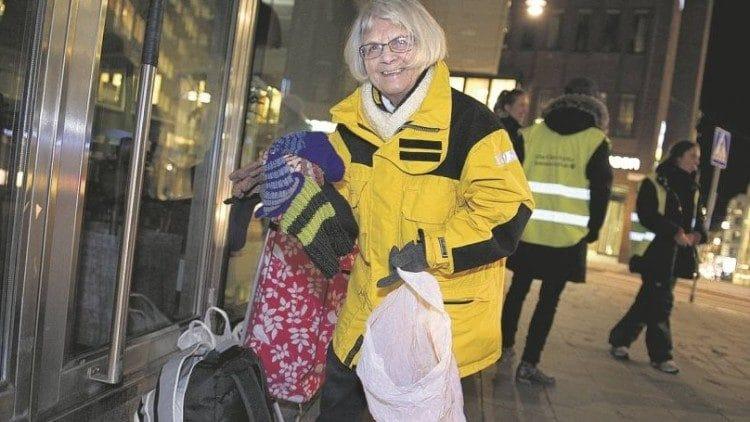 Elise Lindqvist con la ropa que regala a las prostitutas. Foto: Vatican Media