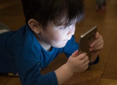 ¿Cuál es la mejor edad para darle un celular a los niños?