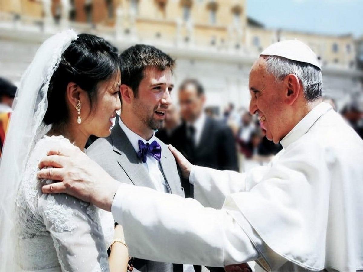 El Papa Francisco con una pareja de recién casados. Foto: Vatican Media