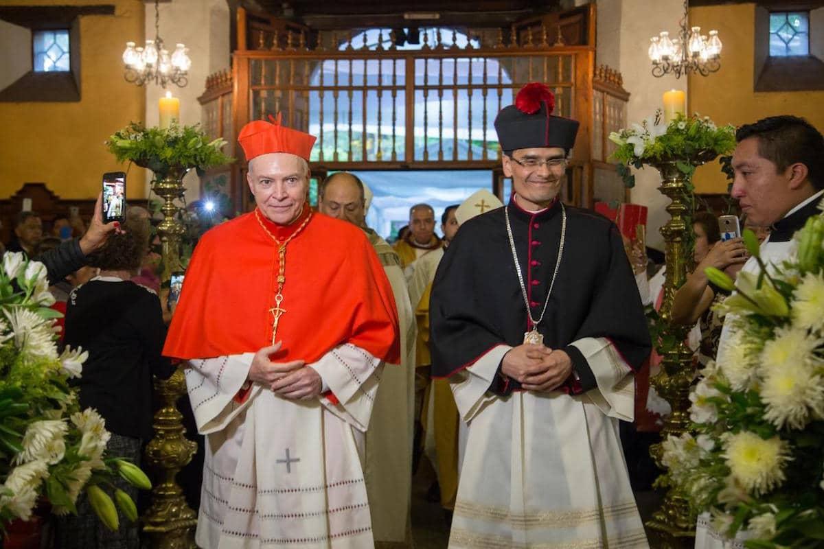 El Cardenal Carlos Aguiar y el padre Luis Manuel Pérez Raygoza. Foto: María Langarica