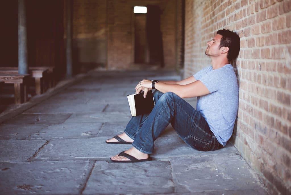 Al rezar por alguien, lo ponemos en manos de Dios. Foto: Cathopic