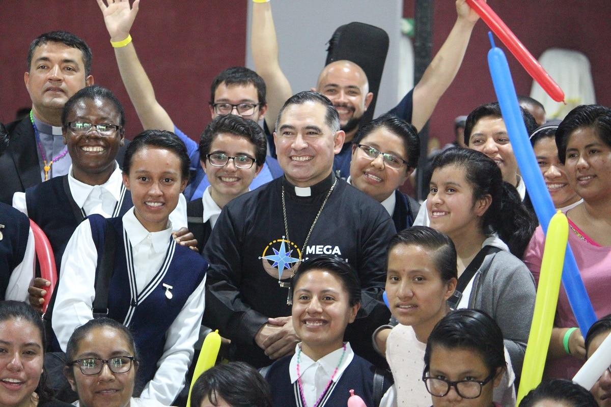 Mons. Enrique Samaniego, Obispo Auxiliar, junto con jóvenes en el Día Nacional del Joven Católico. Foto: Basílica de Guadalupe.