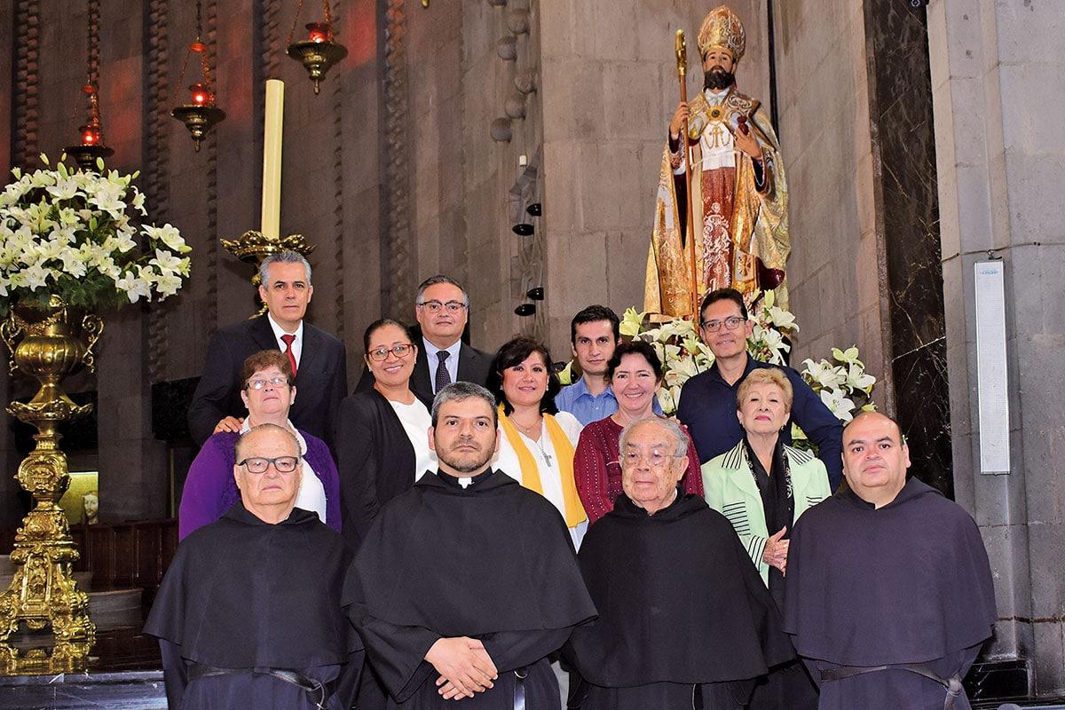 El padre Luis Guzmán (al centro) con vicarios y fieles de la comunidad.