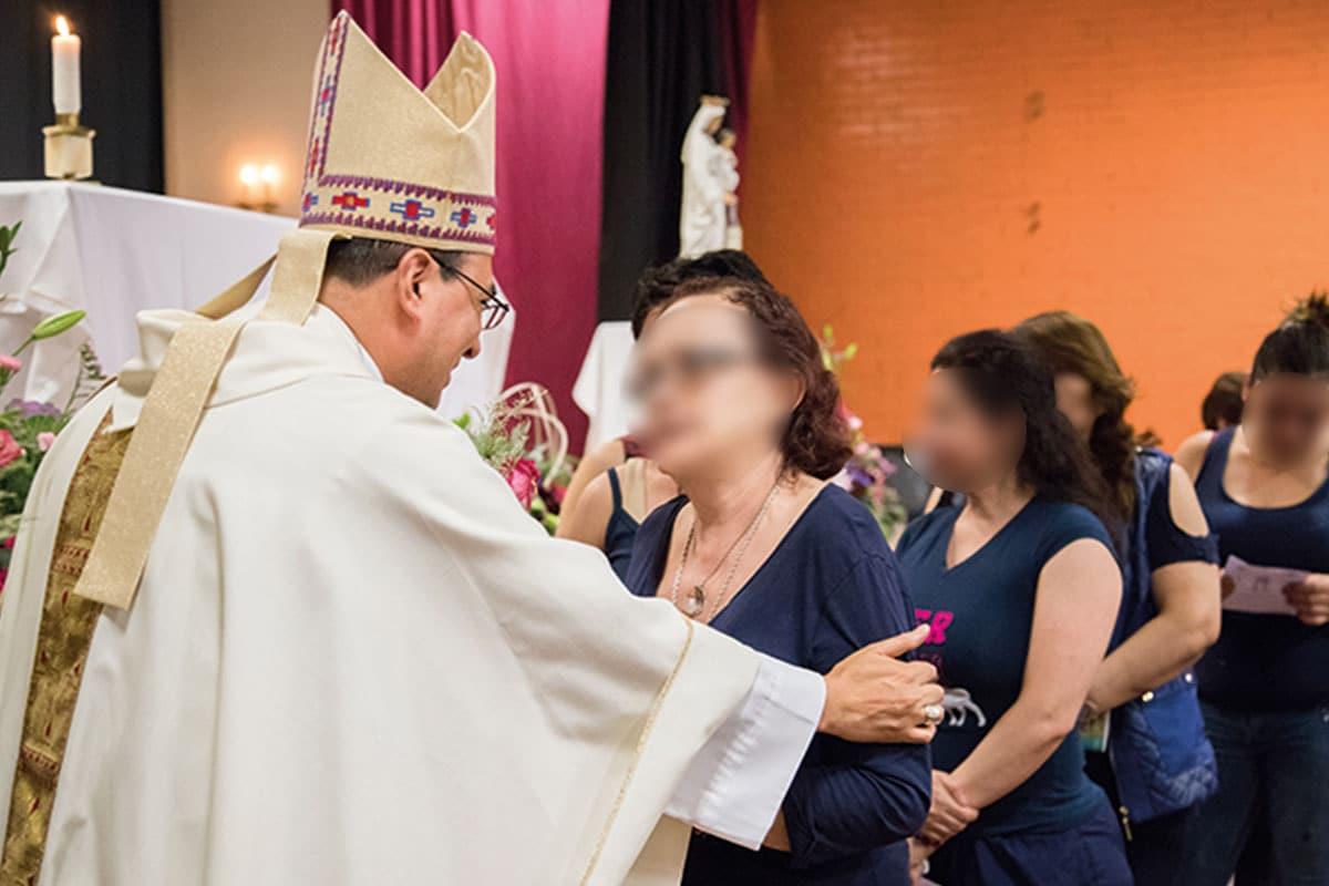 Monseñor Salvador González en una visita al reclusorio femenil. Foto: María Langarica