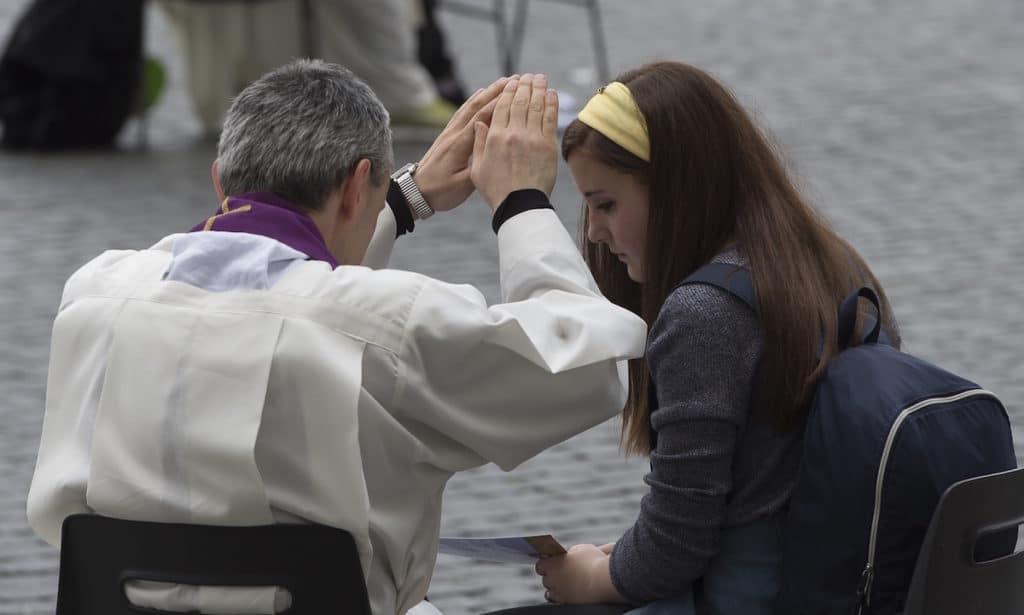 Confesión en la Plaza de San Pedro. 23-04-2016. Foto: L'Osservatore Romano