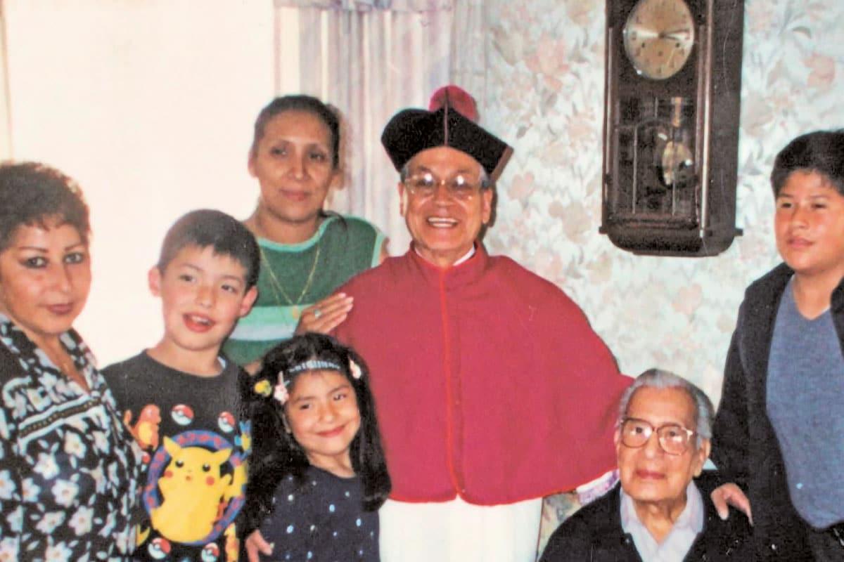 El padre Darío, como canónigo, con familiares. Foto: Cortesía