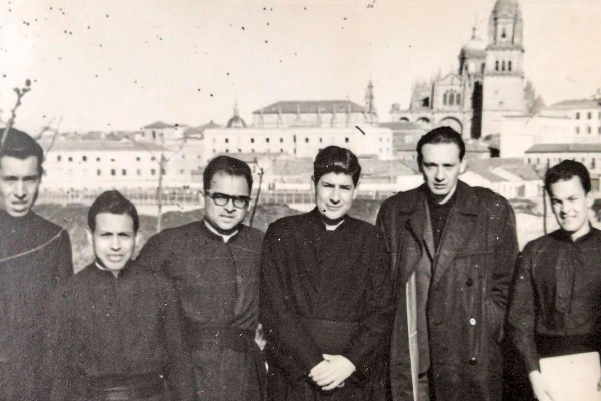 El padre Darío Bragado (segundo de izquierda a derecha) con sus compañeros en Salamanca. Foto: Cortesía