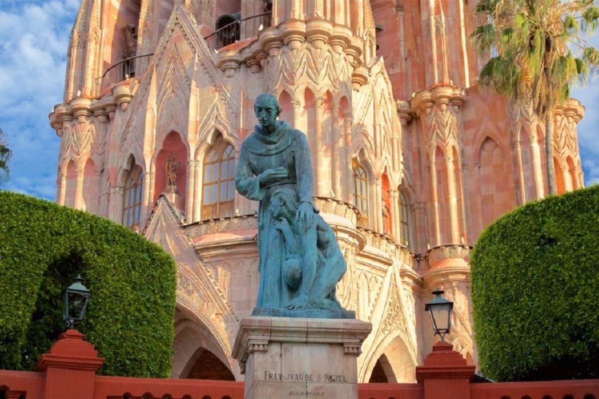 la escultura de Fray Juan consolando a un indígena de las tribus chichimecas.