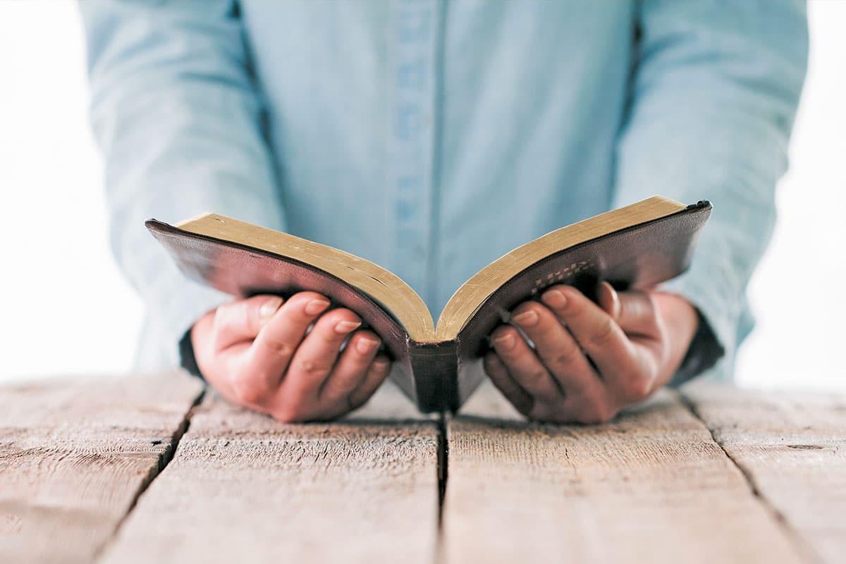 La Biblia es lectura indispensable para todos los católicos.