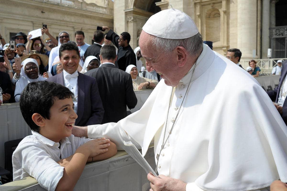 El Papa Francisco bendice a un niño en la Audiencia General en 2019. Foto: Vatican Media
